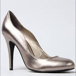 NIB Kelsi Dagger Metallic Pewter Pumps
